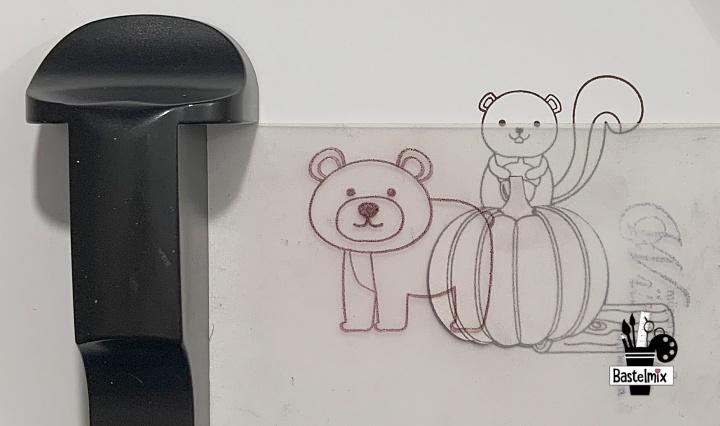 Stempelszene mit Bär, Eichhörnchen und Kürbis.