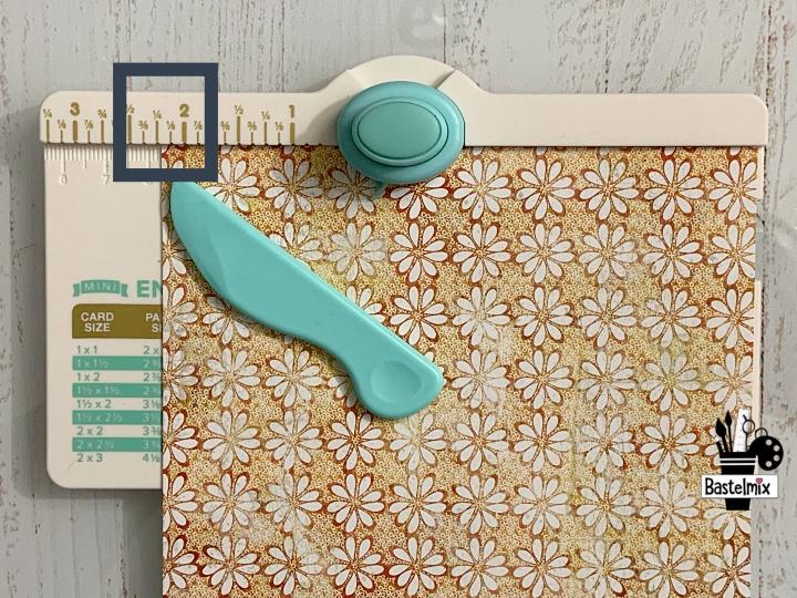 Papier anlegen auf dem Mini Envelope Punch Board.