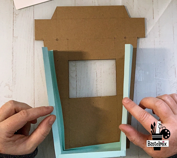 Papierstreifen an einer Vorlage anbringen, so dass eine Box entsteht.