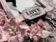 """Ausgestanztes Schild """"Love you"""" auf einem Bilderrahmen."""