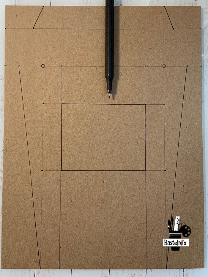 Bleistiftmarkierung auf Pappe, um eine Bastelvorlage zu erstellen.