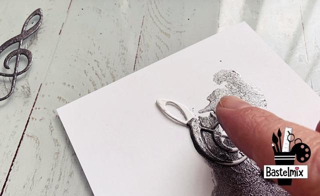 Marabu Metallicfarbe auf einem ausgestanzten Notenschlüssel.