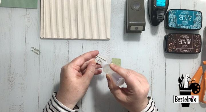 Büroklammern verzieren mit Papier.
