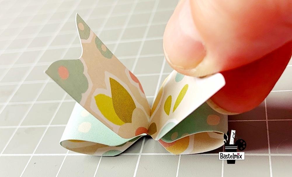 Papierstreifen zu einer Schleife basteln.