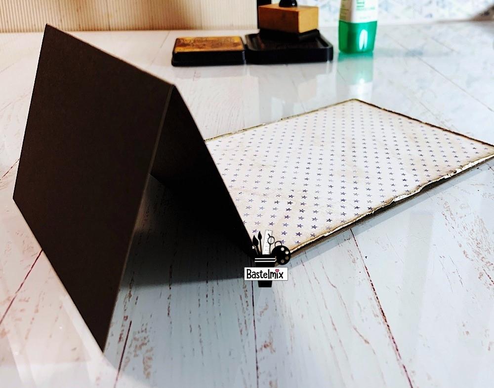 Designpapier in offene Standkarte einkleben