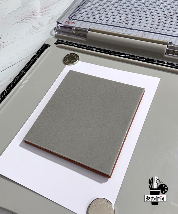Nachdem das Papier mit Magneten fixiert wurde, kann der Stempel aufgelegt werden.